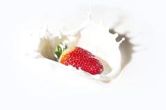 Erdbeere in einer Sahne stockbild