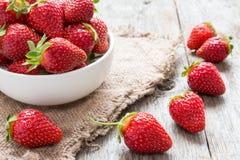 Erdbeere in einer Schüssel Stockfotos