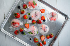 Erdbeere eingefroren im Eis Stockfotos