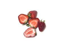 Erdbeere Einige Beeren werden zur Hälfte geschnitten Lizenzfreie Stockbilder