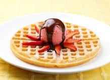 Erdbeere-Eiscreme-Oblate Stockfotografie
