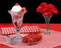 Erdbeere-Eiscremebecher Stockbilder
