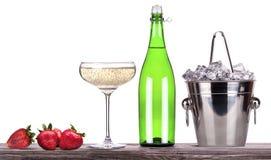Erdbeere, Eiseimer mit Champagner Lizenzfreie Stockfotografie