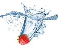 Erdbeere fällt tief unter Wasser mit einem großen Spritzen Lizenzfreies Stockbild