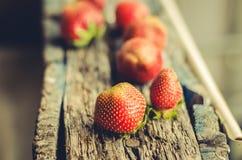 Erdbeere Frische Beeren der Erdbeere auf Holztisch Selektiver Fokus Erdbeere auf natürlichem hölzernem Hintergrund lizenzfreies stockfoto