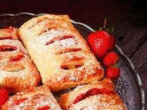 Erdbeere gefüllter Blätterteig Lizenzfreie Stockfotos