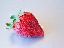 Erdbeere gegen silbernen Hintergrund Lizenzfreie Stockfotos
