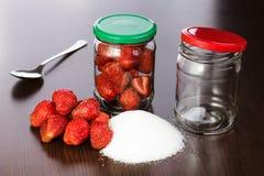 Erdbeere gelöscht auf eine Tabelle mit einem Hügel des Zuckers Stockbild