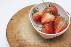 Erdbeere geschnitten auf dem Hacken des Holzes lokalisiert auf weißem Hintergrund Lizenzfreies Stockfoto