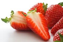 Erdbeere geschnitten zur Hälfte lizenzfreies stockfoto