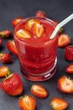 Erdbeere im frischen Smoothie auf schwarzer Tabelle Lizenzfreies Stockbild