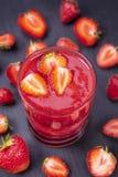 Erdbeere im frischen Smoothie mit Erdbeeren herum Stockfoto