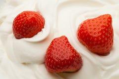 Erdbeere im Joghurt lizenzfreie stockfotos