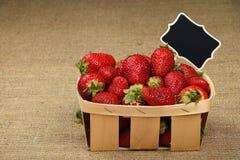 Erdbeere im Korb mit Preiszeichen auf Segeltuch Stockbilder