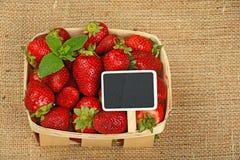 Erdbeere im Korb mit Preiszeichen auf Segeltuch Lizenzfreies Stockfoto