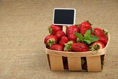 Erdbeere im Korb mit Preiszeichen auf Segeltuch Stockfotografie
