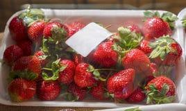 Erdbeere im Paket mit Strichkode im Verkauf in einem Markt lizenzfreie stockbilder
