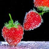 Erdbeere im Sodawasser Lizenzfreie Stockbilder