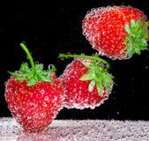 Erdbeere im Sodawasser Stockbild