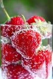 Erdbeere im Wasser Lizenzfreie Stockfotos