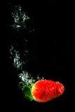 Erdbeere im Wasser Lizenzfreie Stockbilder