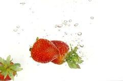 Erdbeere im Wasser Lizenzfreies Stockfoto