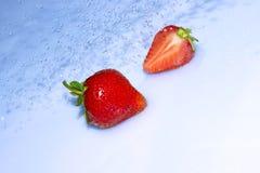 Erdbeere im Wasserspritzen Stockbilder