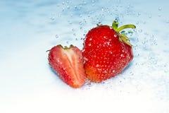 Erdbeere im Wasserspritzen Lizenzfreies Stockbild