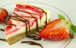 Erdbeere-Käsekuchen-Seitenansicht Lizenzfreie Stockfotos