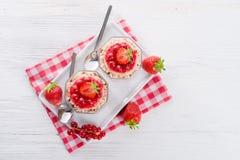 Erdbeere - Korinthenkrümel Dessertt Stockfotografie