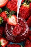 Erdbeere-Marmelade mit frischen Erdbeeren Marmelade auf Löffel und J Lizenzfreie Stockbilder