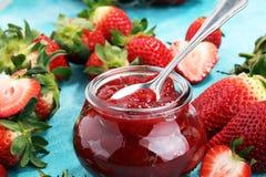 Erdbeere-Marmelade mit frischen Erdbeeren Marmelade auf Löffel und J Stockbilder