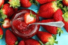 Erdbeere-Marmelade mit frischen Erdbeeren Marmelade auf Löffel und J Lizenzfreie Stockfotografie