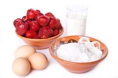 Erdbeere, Milch, Mehl und Eier für die Herstellung des Teigs Lizenzfreie Stockfotografie
