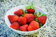Erdbeere mit Blättern in einer Schüssel Lizenzfreie Stockfotos