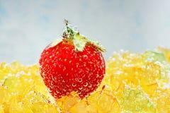 Erdbeere mit Blasen auf einem blauen Hintergrund Lizenzfreies Stockbild