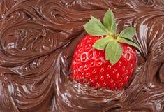 Erdbeere mit flüssiger Schokolade Lizenzfreie Stockfotos