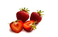 Erdbeere mit geschnittener Hälfte und Blätter lokalisiert auf weißem Hintergrund mit Beschneidungspfad Erdbeere ganz stockfotos