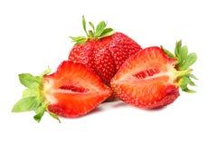 Erdbeere mit grünem Blatt und Scheiben lokalisiert auf weißem Hintergrund Gesunde Nahrung lizenzfreies stockbild