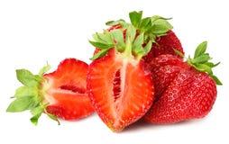 Erdbeere mit grünem Blatt und Scheiben lokalisiert auf weißem Hintergrund Gesunde Nahrung stockbilder