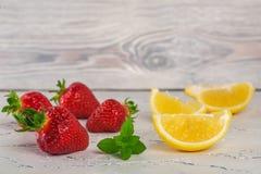 Erdbeere mit lemony Minze auf weißem Stein Lizenzfreies Stockfoto