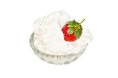 Erdbeere mit Sahne auf Glassaucer Stockfotos