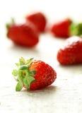 Erdbeere nah oben mit einem Rücklicht auf einem weißen Hintergrund Lizenzfreie Stockfotos