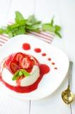 Erdbeere Panna Cotta Stockfotografie