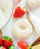 Erdbeere-pavlova Kuchennester, Meringedekoration auf einer kulinarischen Tabelle Stockfoto