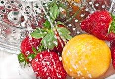 Erdbeere, Pflaume und Wasser Lizenzfreie Stockfotografie