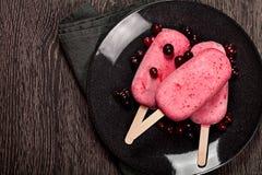 Erdbeere-popslice Eiscreme auf dunklem Hintergrund Lizenzfreie Stockfotografie