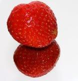 Erdbeere reflektiert im Spiegel Lizenzfreie Stockfotos