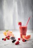 Erdbeere, rosa Pampelmuse Smoothie mit acai Pulver Lizenzfreie Stockfotos