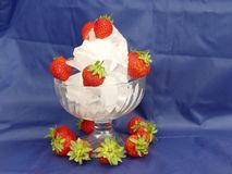Erdbeere s auf Eis Lizenzfreies Stockbild